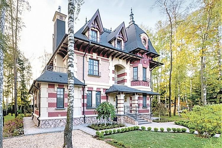Этот дом, в котором актер жил с женой и детьми, он выставил на продажу за 180 млн рублей.