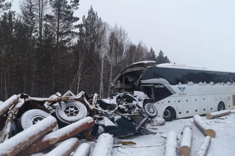 Водитель автобуса и пассажиры Тойоты погибли на месте.