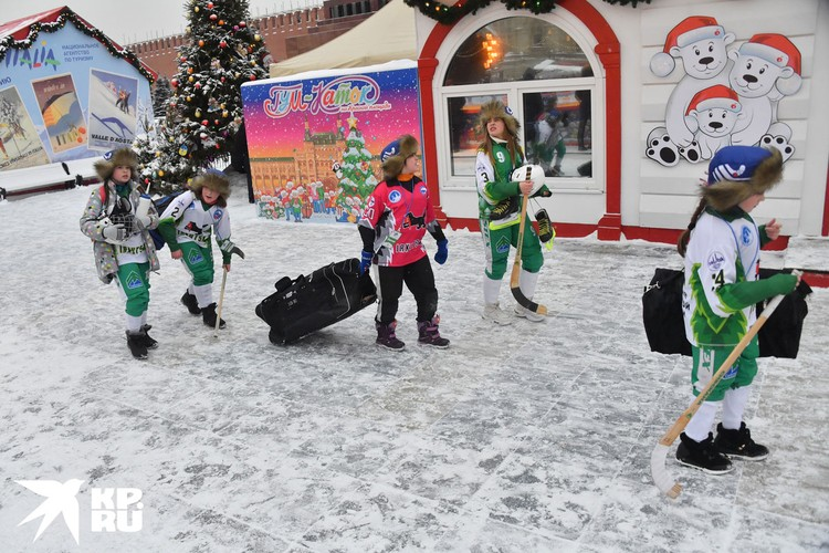 Дети, приехавшие со всей страны рвались как можно быстрее выйти на лед