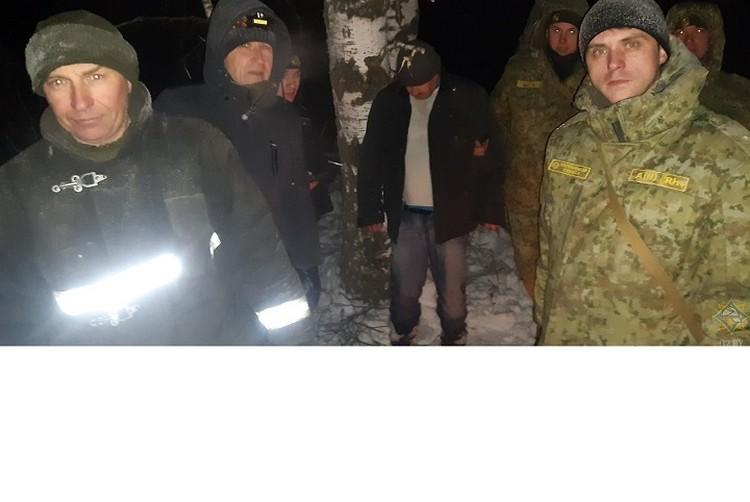 Мужчина хотел через поле попасть в деревню к матери в Россию. Фото: МЧС.