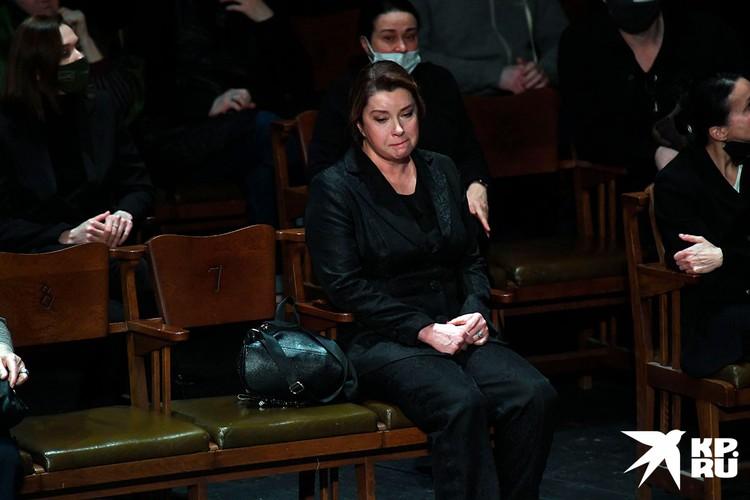 Актриса Вера Сотникова едва не потеряла сознание на панихиде по умершему Андрею Мягкову.