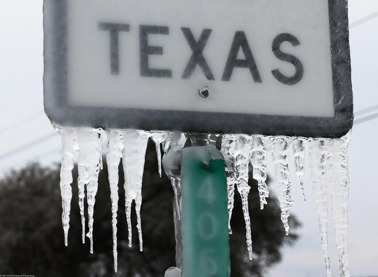 Из-за стужи закрываются скважины, останавливаются нефтеперерабатывающие заводы в том же Техасе.