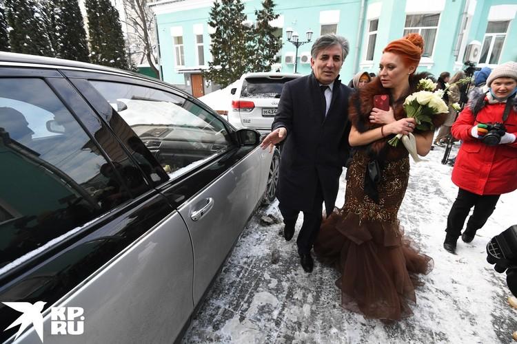 Невеста прибыла на черном «Майбахе».