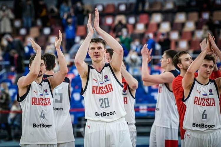 Евгений Бабурин, Андрей Воронцевич и Григорий Мотовилов (слева направо) после победного матча с Эстонией. Фото: предоставлено пресс-службой FIBA.