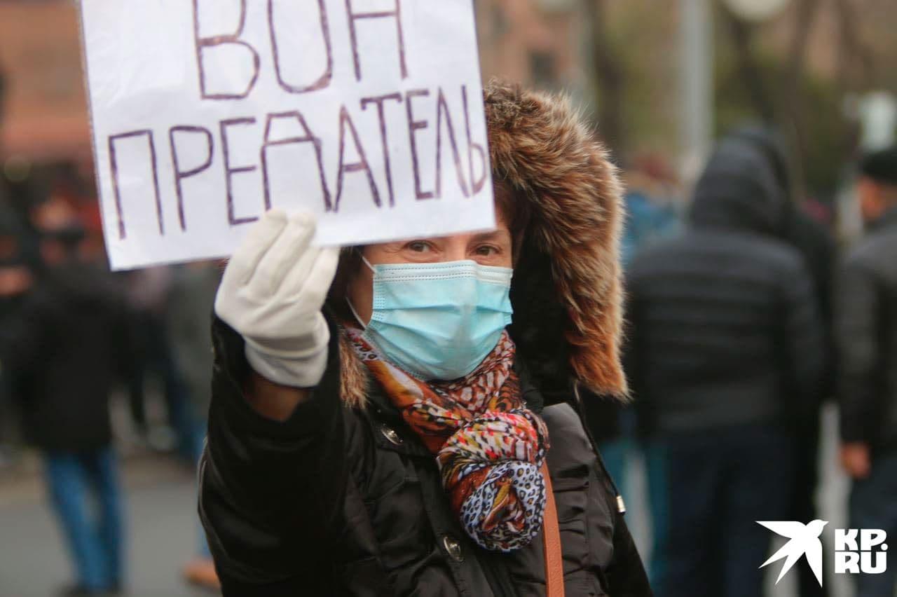 Среди плакатов на митинге оппозиции нашлись и воззвания на русском.