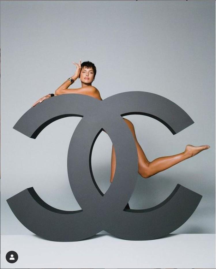 35-летняя супермодель снялась обнаженной, позируя за огромным логотипом Chanel. Фото: Инстаграм.