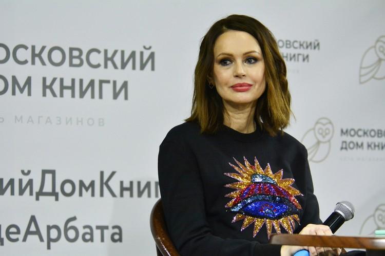 55-летняя актриса выглядит гораздо моложе своего возраста.