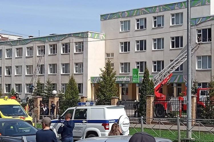 Полицейские, медики и пожарные более суток оставались у стен школы.