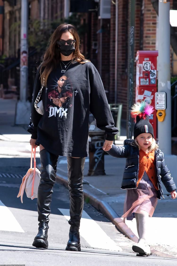 Месяц назад папарацци сфотографировали Ирину в футболке DMX, разработанной Уэстом в сотрудничестве с модным домом Balenciaga. Вероятно, вещицу модели подарил именно Канье.