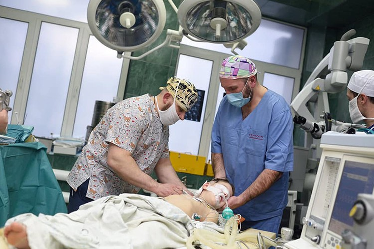 Та самая сделанная впервые в мире операция со шведом Эвалдасом Чеснулисом, которая спасла донецкого мальчика. архив Бараненко Б.А.