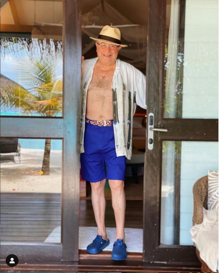 Петросян опубликовал на своей странице фотографию, на которой он позирует в расстегнутой рубашке и в шортах. Фото: Инстаграм.