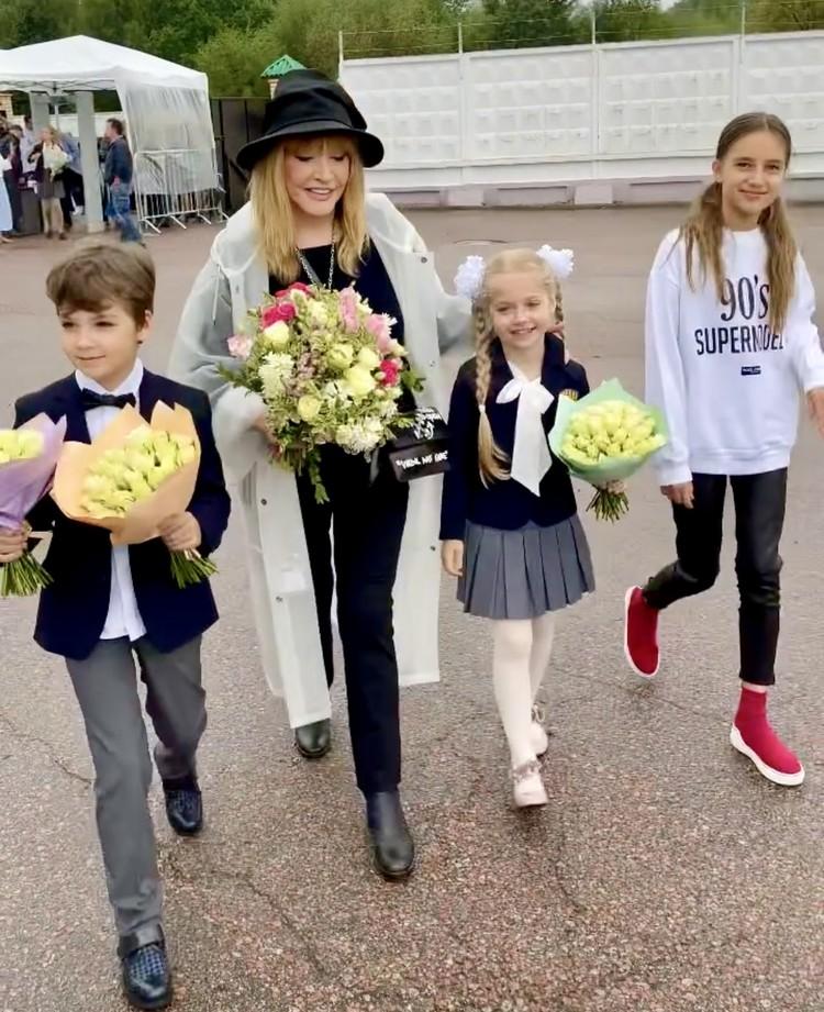 Алла Пугачева с детьми и внучкой.