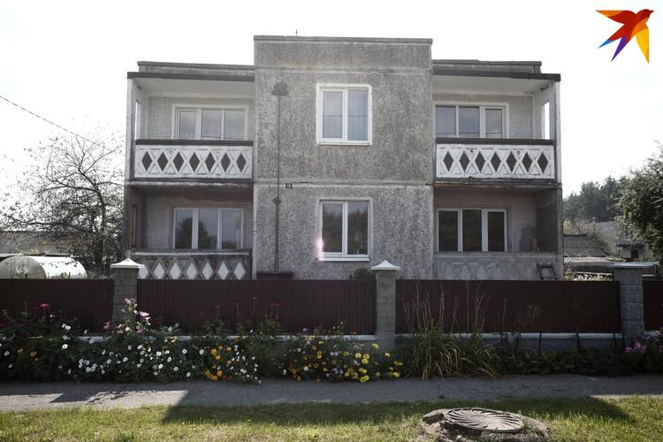 Дом семьи Мархалюков находится через дорогу от школы