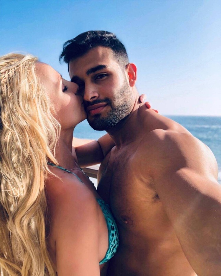 Недавно певица объявила о помолвке со своим бойфрендом Сэмом Асгари. Фото: Инстаграм.