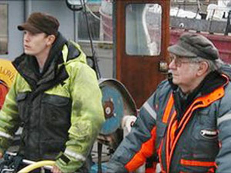 Когда к их лодке приблизился танкер, Ричард Морган и Брайан Райт испугались не на шутку