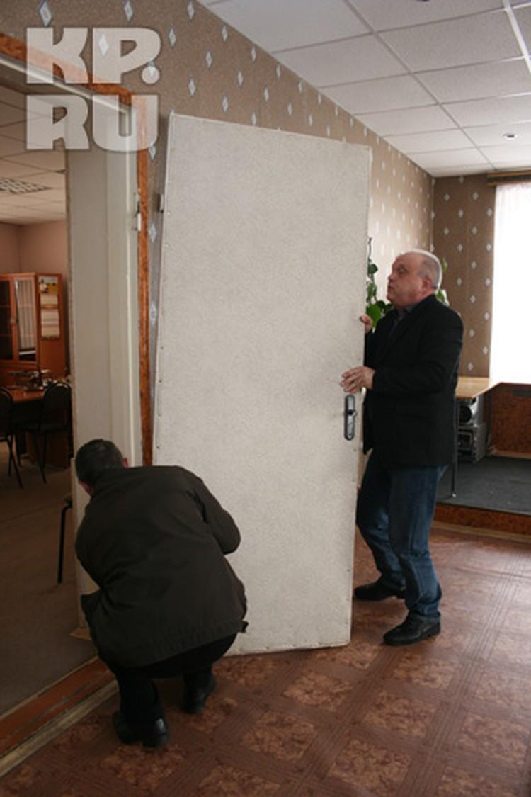Рязанский чиновник (справа) самолично снял дверь со своего кабинета.