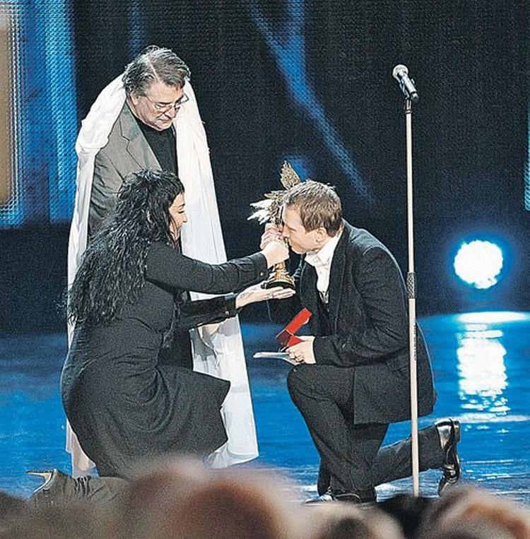 Лолита Милявская и Александр Ширвиндт вручили приз за лучшую мужскую роль второго плана Евгению Миронову.  На него это, похоже, произвело неизгладимое впечатление.