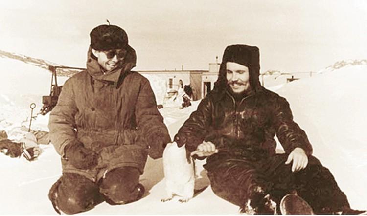 Леонид (слева) привез  из Антарктиды в Ленинград пингвина.