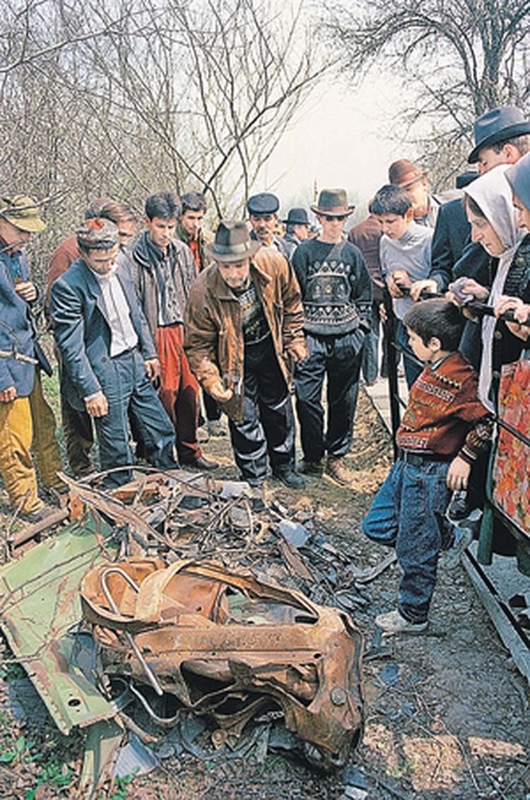 После попадания авиационной ракеты от машины Джохара Дудаева осталась лишь куча искореженого железа.