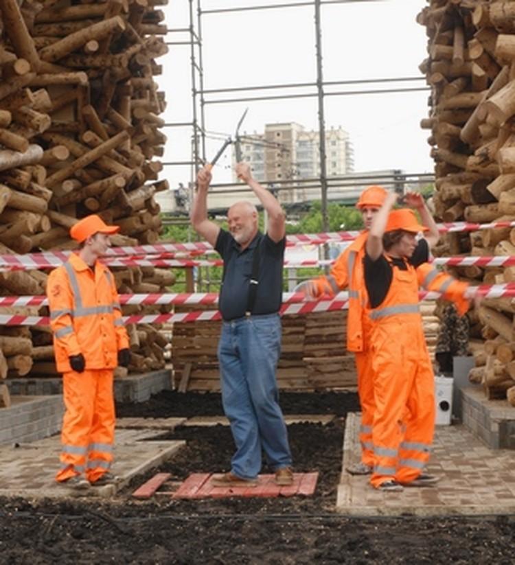 """Через пару секунд Николай Полисский перережет строительную ленту и официально откроет """"ворота""""."""