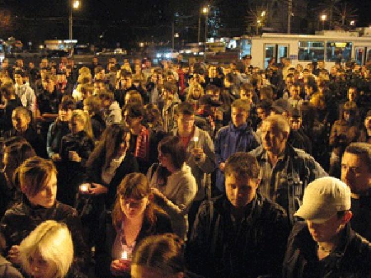 """Сотни ярославцев вышли на улицы города, чтобы почтить память погибших хоккеистов """"Локомотива""""."""