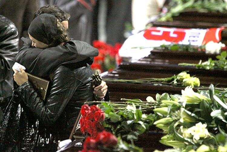 Прямо на ледяной арене - 25 гробов с телами погибших.