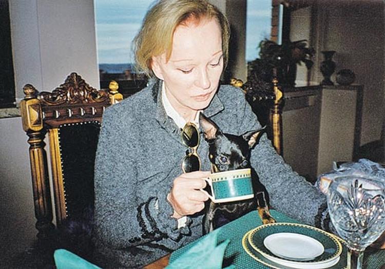 Своих собак Гаврика и Пепу Людмила Марковна везде водила за собой. На фото любимец Пепа пьет чай из чашки своей знаменитой хозяйки