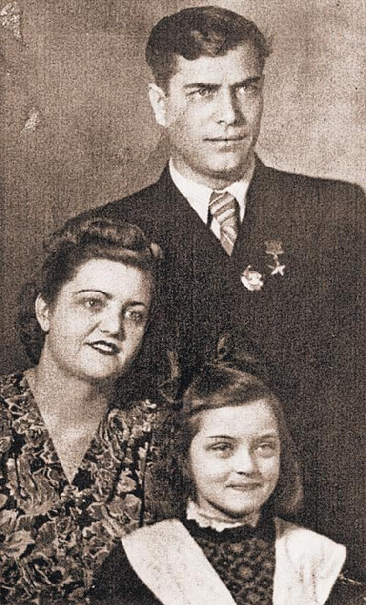 Вот Жанна Болотова со своими родителями - мамой Зинаидой Константиновной и отцом Героем Советского Союза Андреем Болотовым. Звезду Героя ее отец получил за форсирование Днепра в 1943 году, когда был тяжело ранен. Семья Болотовых была дружная и счастливая.