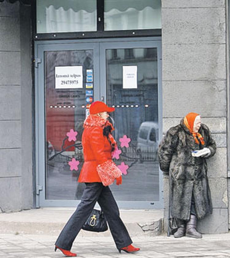 А это уже наше время. Тоже Рига. Жительница новой Латвии вынуждена просить милостыню у дверей магазина. И надеяться, что власти вовсе не отменят пенсии.