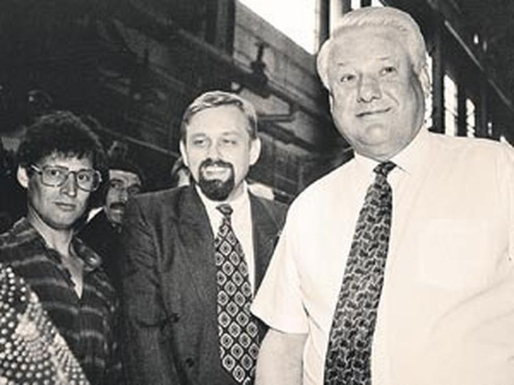 Президент Борис Ельцин и губернатор Владимир Полеванов (второй справа) вышли в народ. Благовещенск, июнь 1994 г.