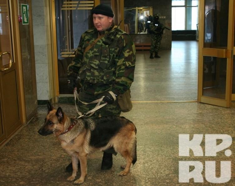 Здание, где расположился штаб оцепили со всех сторон бойцы отряда спецназа УФСИН.