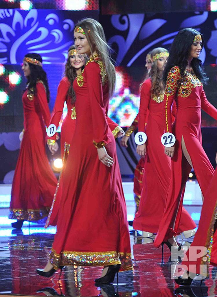 Красавицы появились в ярко-красных нарядах