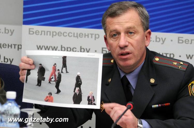 Замминистра МВД Олег Пекарский показывает фото, которое в апреле раздали всем сотрудникам милиции