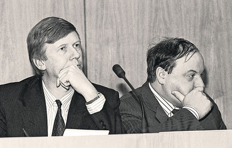 Вот эти господа и получили чрезвычайные полномочия на проведение экономических реформ в России. Анатолий Чубайс и Егор Гайдар - на встрече с депутатами. 1992 год.