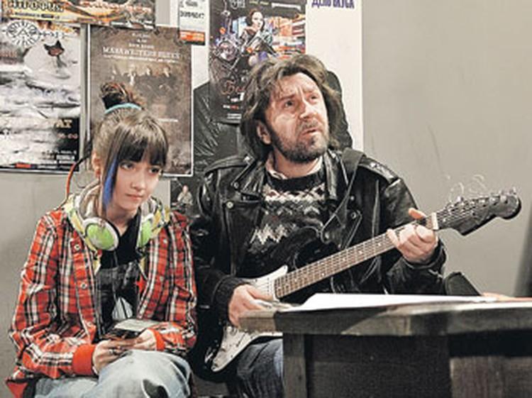 Сыгранная Валей Юля Подольская не в восторге от песен, которые поет ее отец, убежденный рокер, роль которого исполнил Сергей Шнуров.