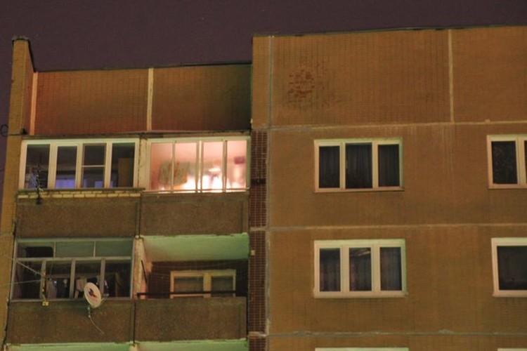 Отец с сыном беспрепятственно забрались на крышу, вход на которую оказался незаперт