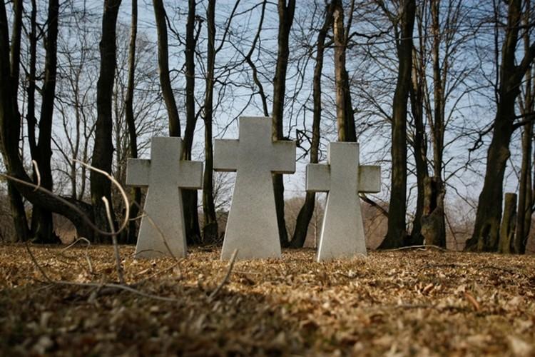 Редкий образец ухоженного воинского захоронения. Памятник в пос. Железнодорожный.