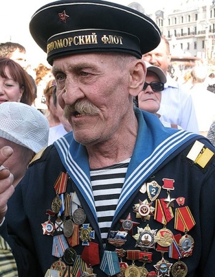 Отыскали и почтенного вида дедушку в военно-морской форме, который неверно повесил награды