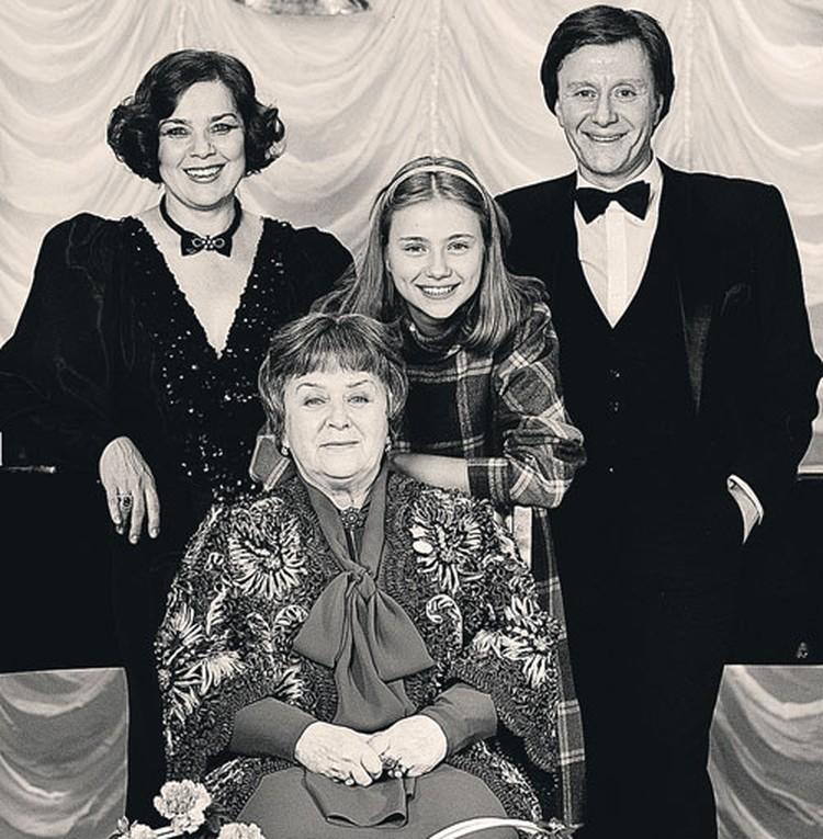 Любимые женщины Андрея Миронова: жена Лариса Голубкина, дочь Маша и мама Мария Миронова.