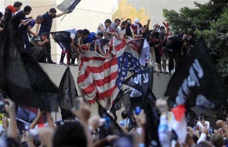 Толпа мусульман облепила стену посольства