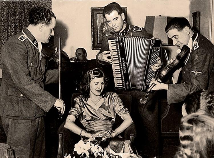 Ева Браун всегда любила веселые компании (1944 г). Спустя 10 лет она бросит больного мужа в глухом тайном поместье и переселится с дочерьми в аргентинский городок Неукен.