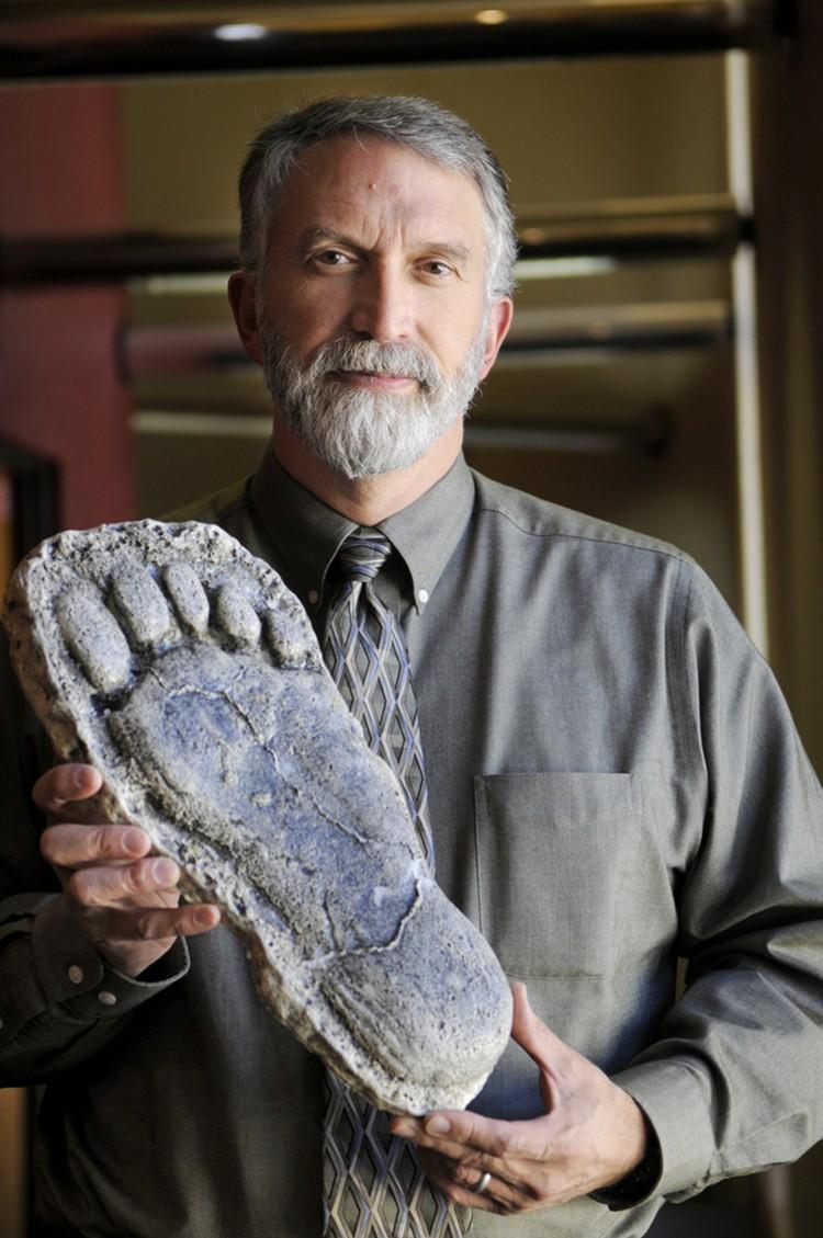 Профессор Джеф Мелдрам со слепком следа бигфута. Бигфут в переводе - большеног. И нога действительно у бигфута большая