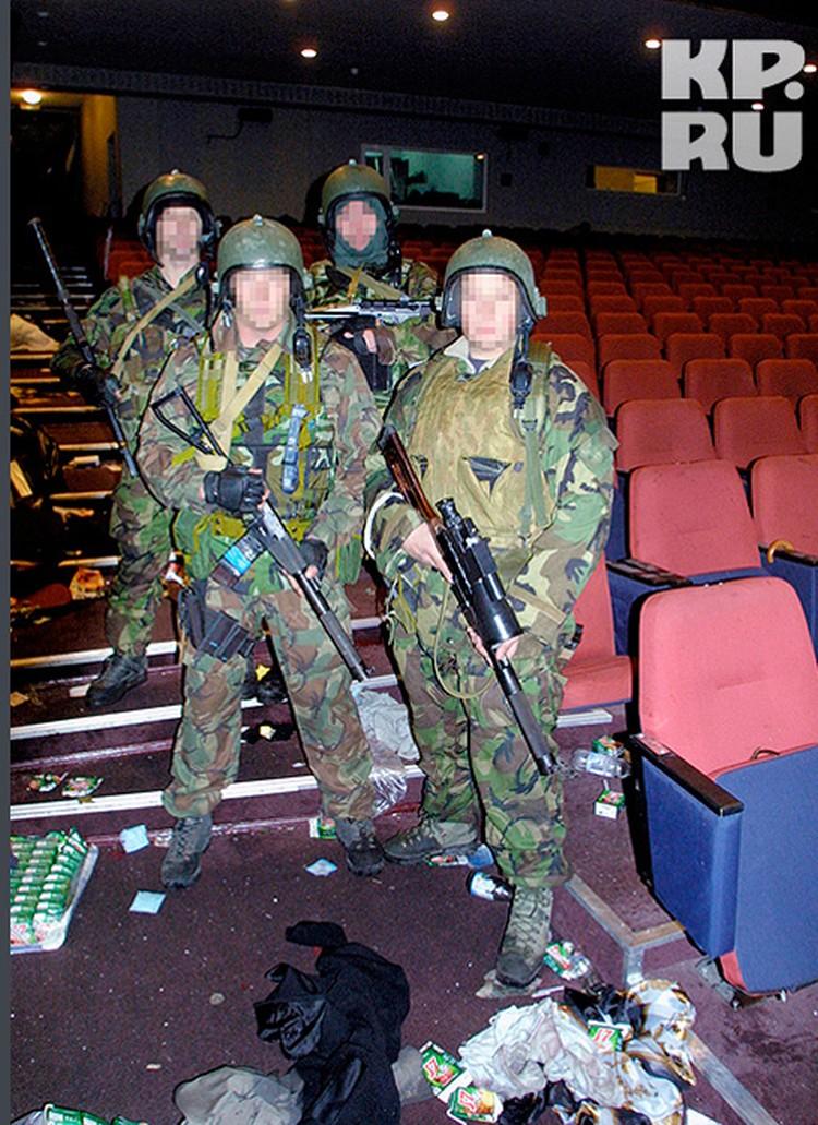 Бойцы спецназа в зрительном зале.