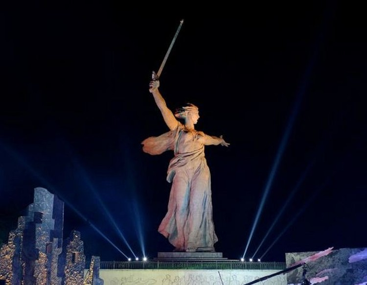 Статуя Вучетича известна всему миру на протяжении десятилетий. Но кому-то из волгоградских креативщиков пришло в голову, что ее время прошло.