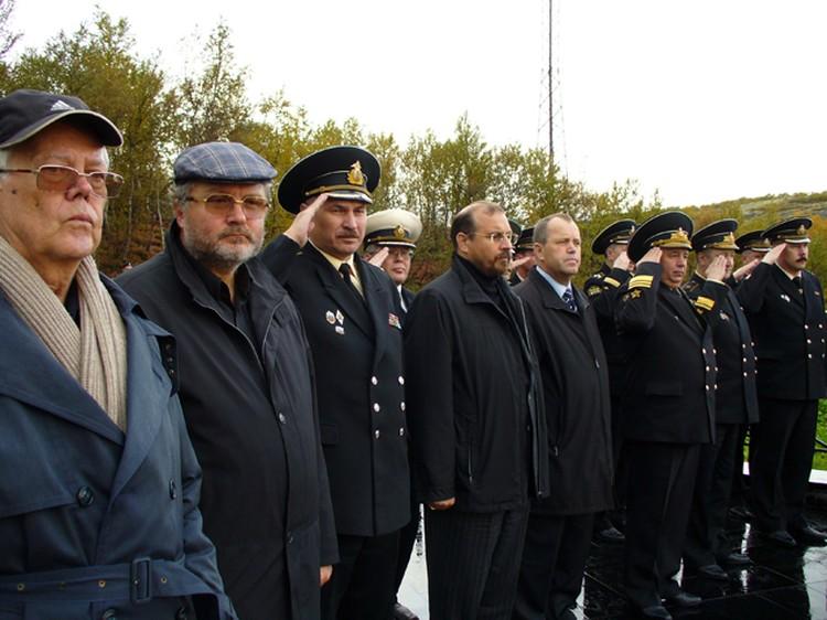 Член Общественного совета Министерства обороны Виталий Шлыков (крайний слева) на Северном флоте, гор. Североморск, 2007 год