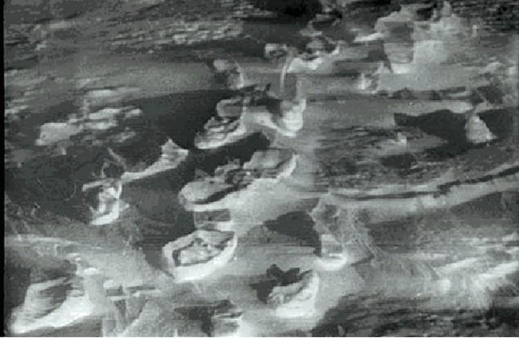 Гляциолог Виктор Поповнин сомневается, что отпечатки следов на снегу от палатки к лесу оставлены босыми ногами.