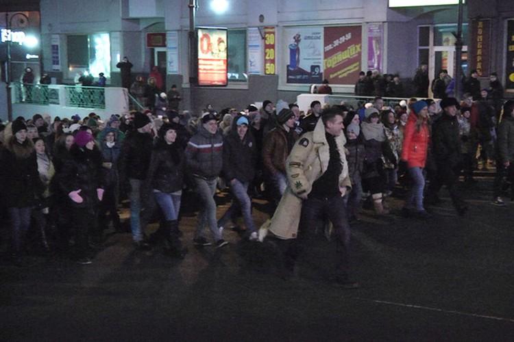 Суть сцен с массовкой толпа людей, движущаяся по Океанскому проспекту