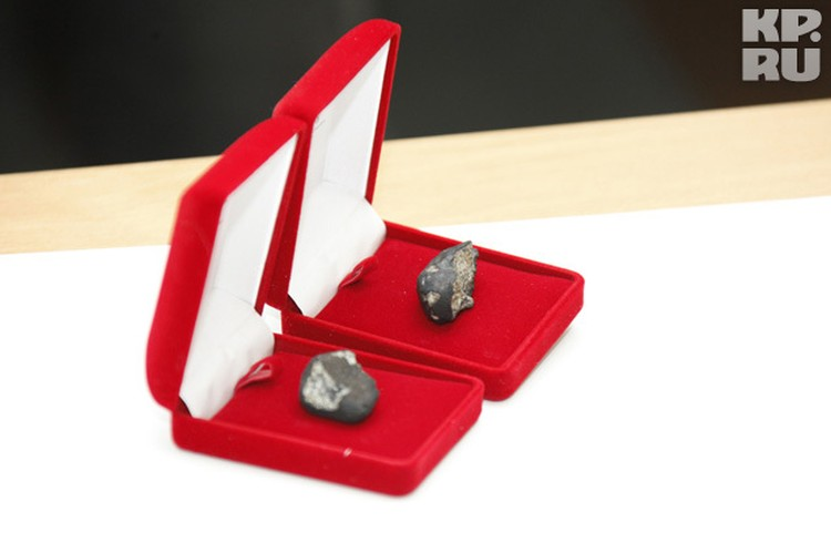 Сувениры из космоса высокому гостю подарили в романтичных футлярах.