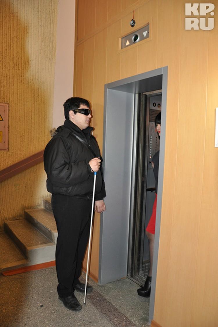 В очки поступает аудиосигнал из специального датчика, установленного над дверью