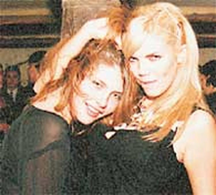Та самая Марианна (слева)